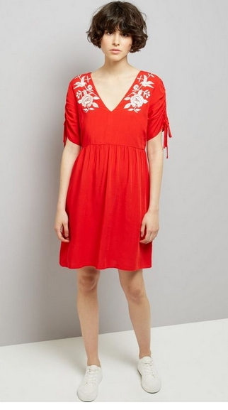robe brodée rouge new look